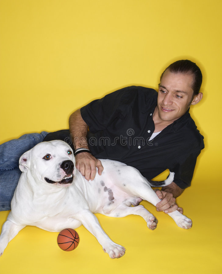狗位于的男 免版税图库摄影