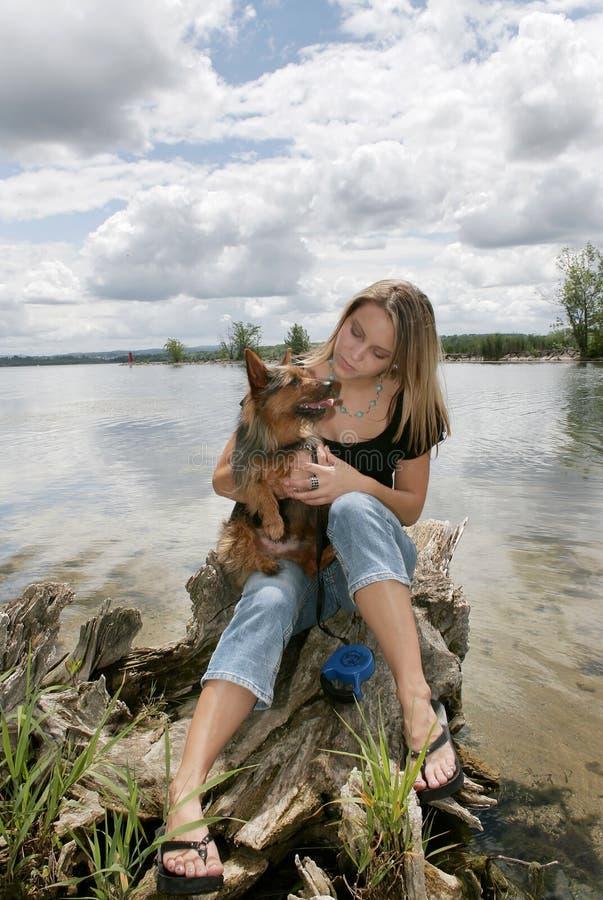 狗公园妇女 库存图片