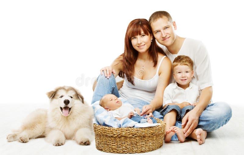 狗和家庭,儿童父亲母亲宠物,白色 库存照片