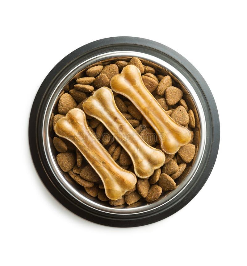 狗嚼骨头和干燥粗磨狗食 免版税库存图片