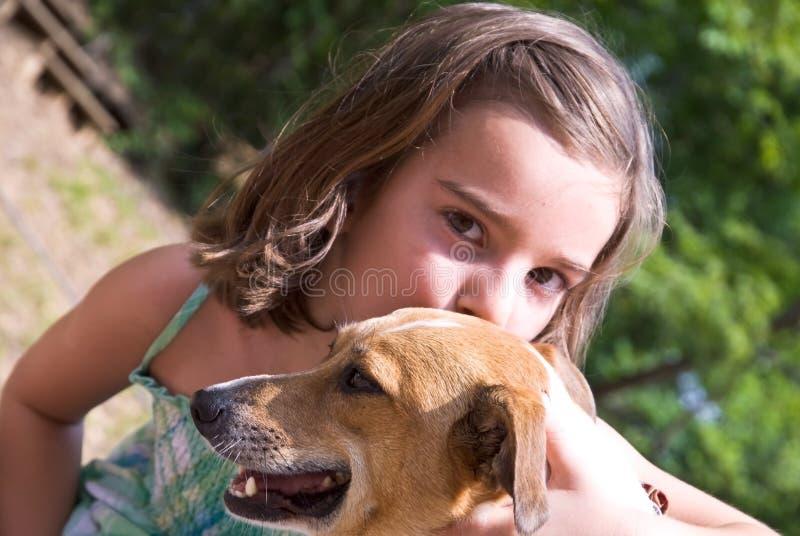 狗女孩爱小狗 免版税图库摄影