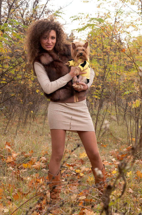 Download 狗小妇女 库存照片. 图片 包括有 背包, 心情, 叶子, 方式, beauvoir, 横向, 钉子, 牛仔裤 - 22352904