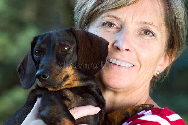 狗小的微笑的妇女 免版税库存图片