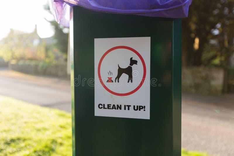 狗废物清扫在塑料垃圾箱的标志 免版税库存图片