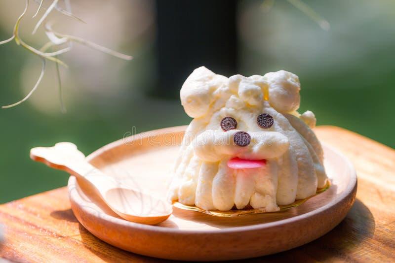 狗形状蛋糕 免版税库存图片