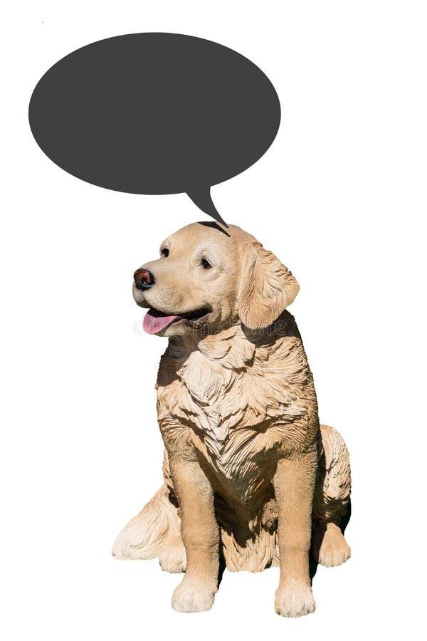 狗装饰背景隔绝了 友好的逗人喜爱的棕色狗特写镜头由与被隔绝的空的讲话泡影的塑料制成在a 免版税库存图片