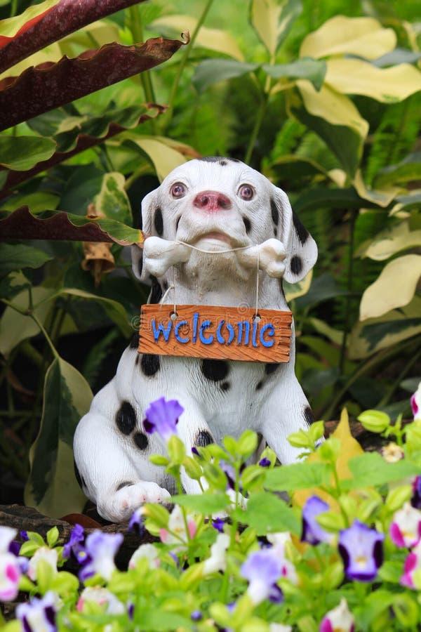 狗雕象欢迎 免版税库存照片