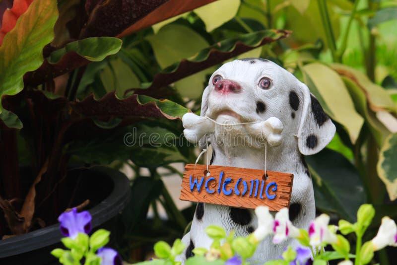 狗雕象欢迎 免版税库存图片