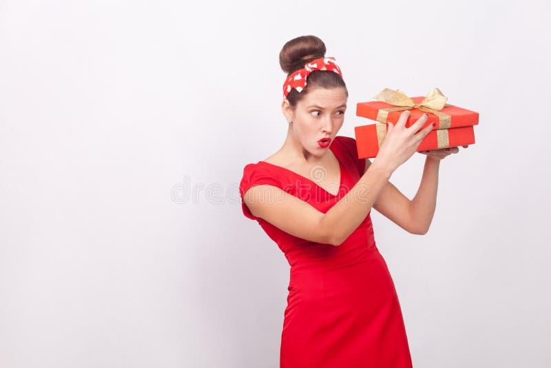 狡猾妇女,看起来里面礼物盒 免版税库存照片