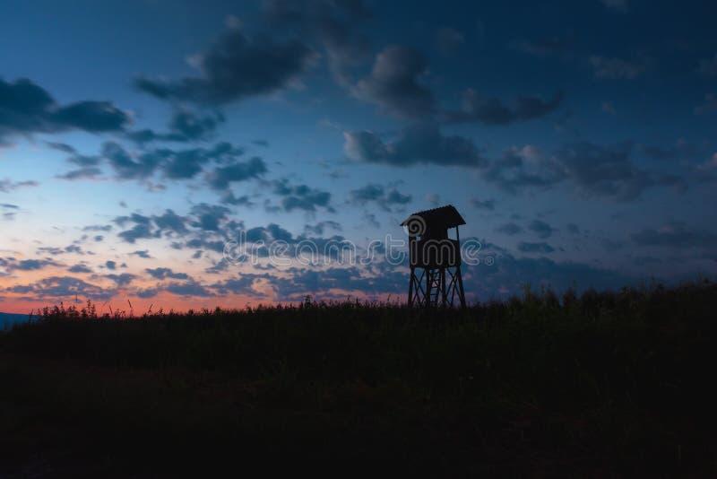 狩猎塔,皮,在黄昏的监视与cloudscape 库存照片