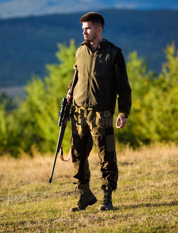 狩猎射击战利品 寻找单独过程的精神准备 狩猎的人步枪 猎人卡其色的衣裳 免版税库存照片