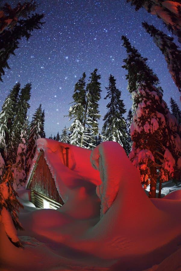 狩猎房子在山的晚上 免版税库存照片