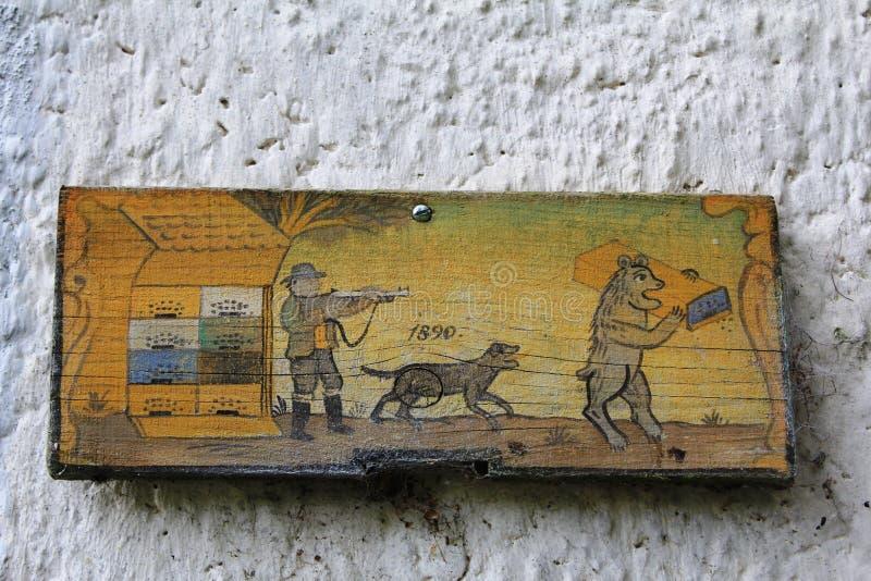 狩猎的图片在木头的 免版税库存照片