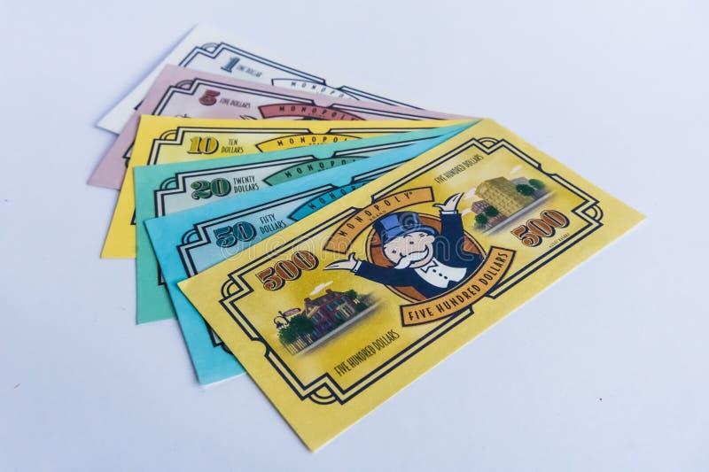 独占棋-在书桌上的金钱 免版税库存图片