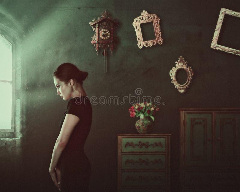 独处 具有家庭内饰的女性肖像 库存照片
