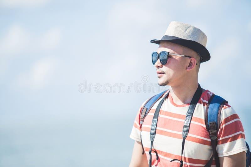 独奏旅行家佩带的夏天帽子和太阳镜在假期时 免版税库存照片
