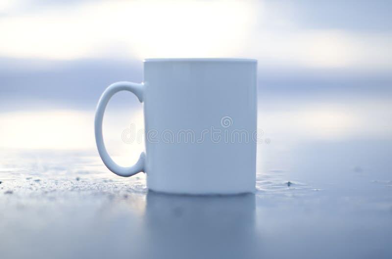 独奏湿空白的加奶咖啡杯子 免版税库存图片