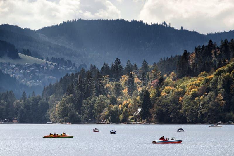 独木舟和快艇在湖 免版税图库摄影