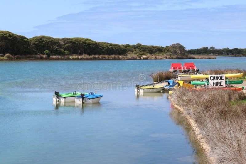 独木舟和汽船在河` s边缘聘用 免版税库存图片