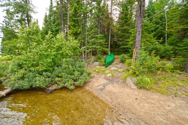 独木舟在北部森林露营地 免版税库存图片