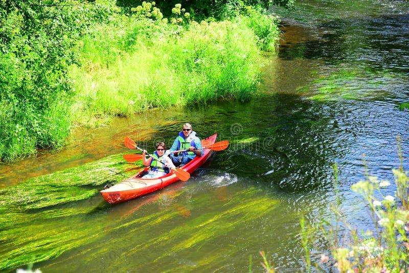 独木舟在娱乐和娱乐中心Belmontas附近的河Vilnele 免版税库存图片