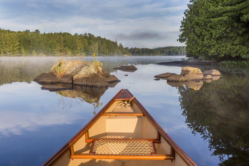 独木舟弓在一个湖的在清早-安大略,加拿大 免版税库存图片