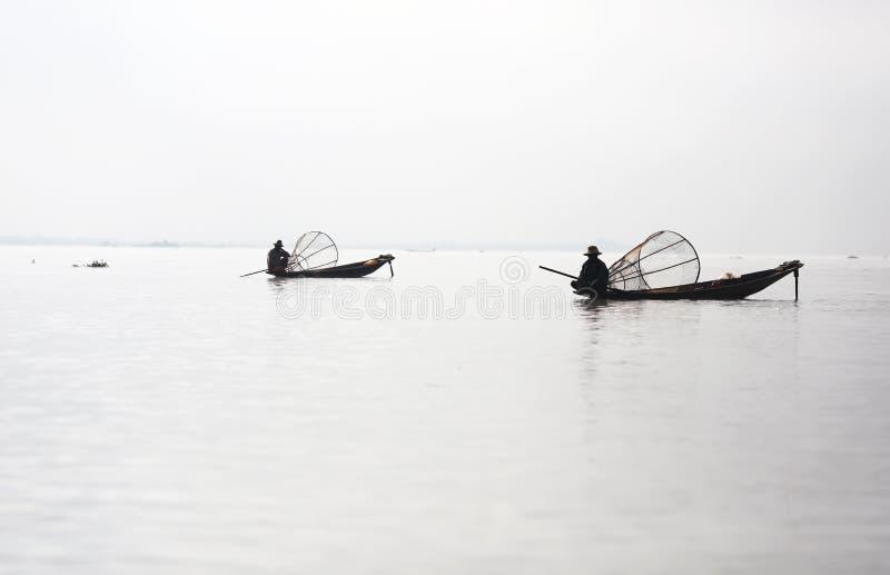 独木舟的二位渔夫与捕鱼陷井, Inle l 免版税库存照片