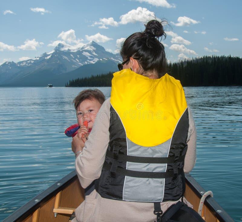 独木舟的母亲和小女儿 免版税库存照片