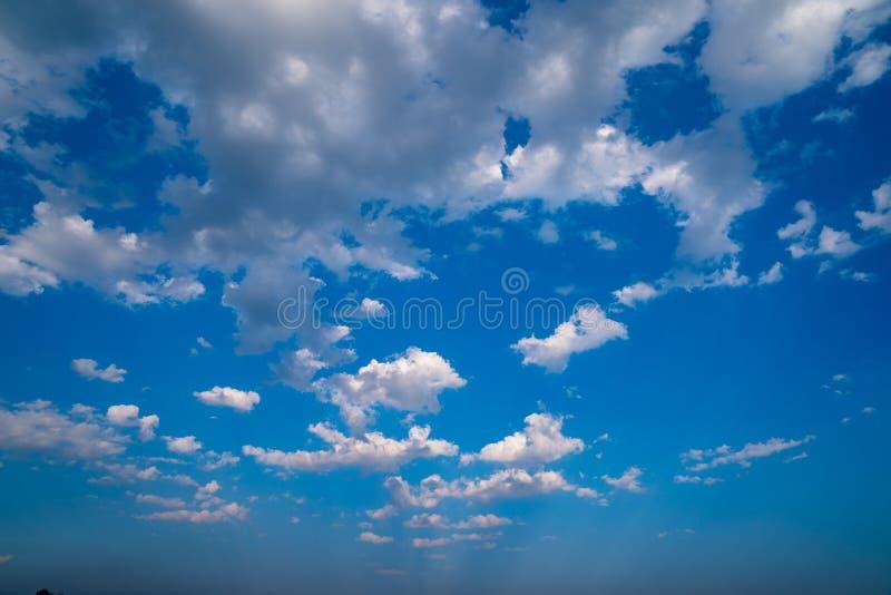 独特很多云彩样式在自然背景的露天被安排 库存照片