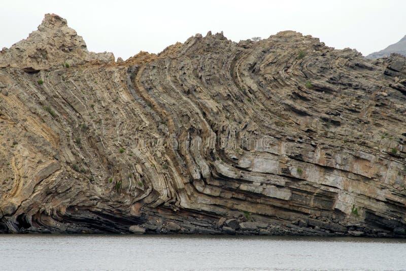 独特的压缩的岩石层数形成细节以各种各样的颜色和厚度它显示多么猛烈的是过去地球 库存照片