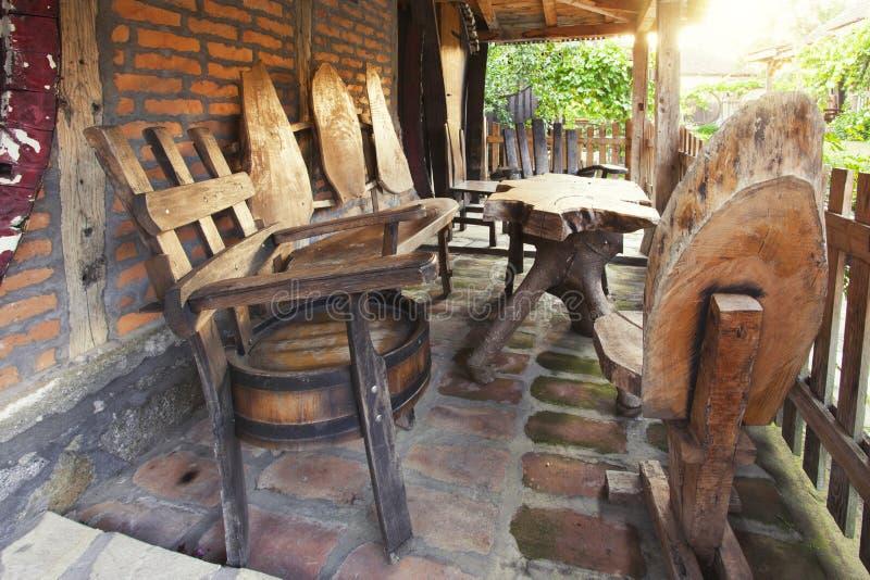 独特的木椅子和桌在门廊 免版税库存照片