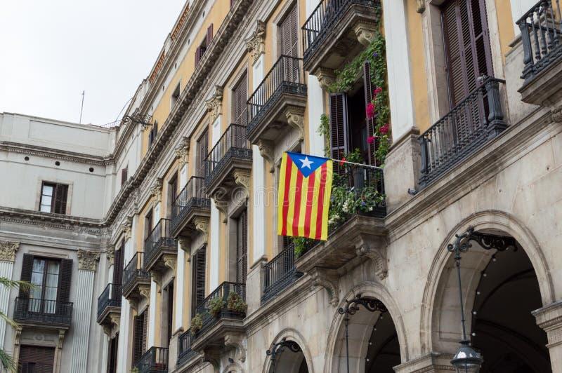 独立公民投票从西班牙的 加泰罗尼亚的旗子,垂悬从阳台的Senyera 免版税库存照片