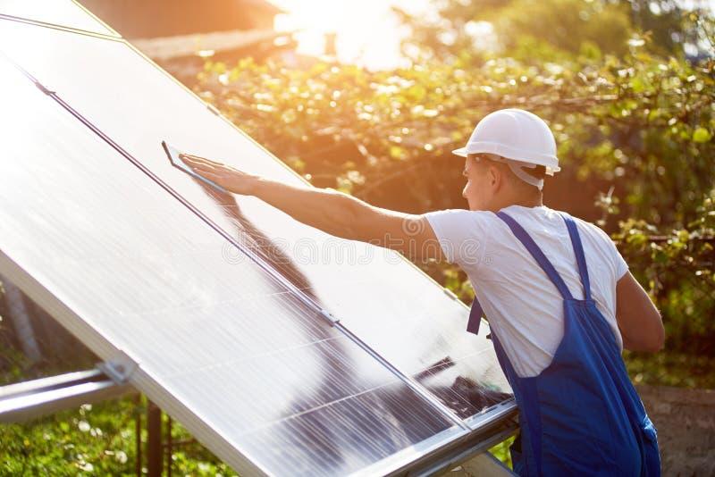 独立外部太阳电池板系统安装,可更新的绿色能量一代概念 免版税库存照片