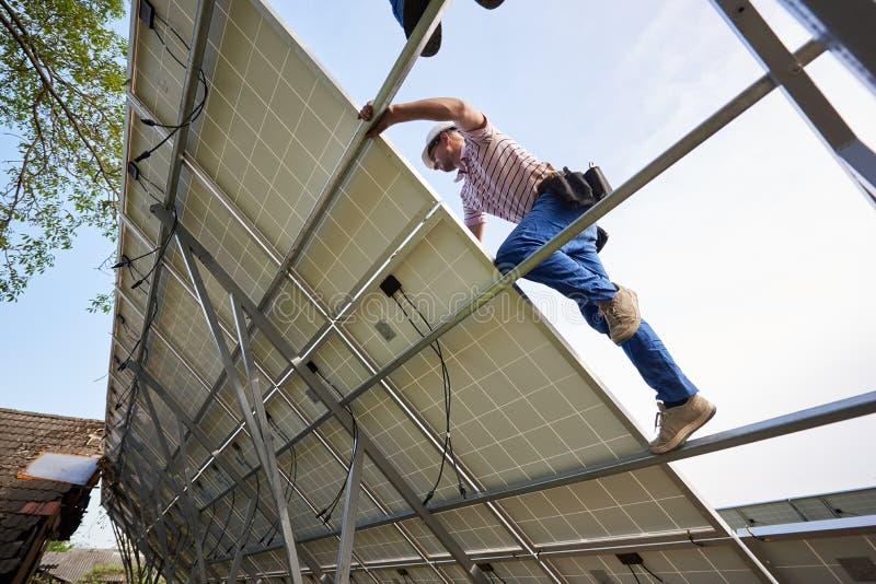 独立外部太阳电池板系统安装,可更新的绿色能量一代概念 库存图片