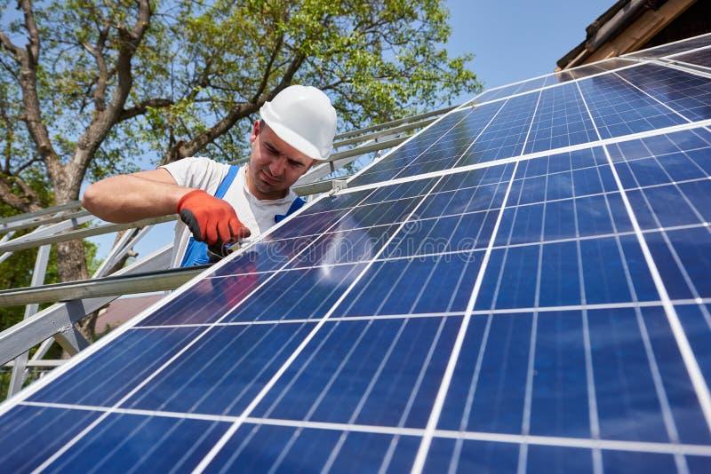 独立外部太阳电池板系统安装,可更新的绿色能量一代概念 免版税图库摄影