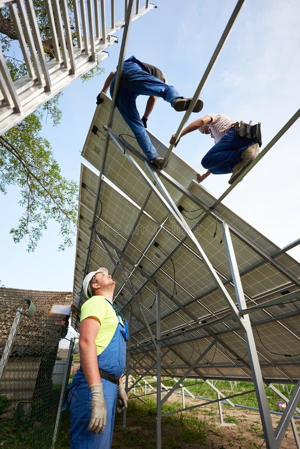 独立外部太阳电池板系统安装,可更新的绿色能量一代概念 库存照片