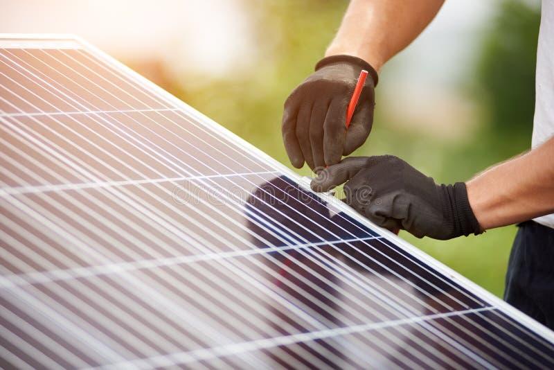 独立外部照片流电盘区系统的设施 可更新的绿色能量一代 免版税库存照片