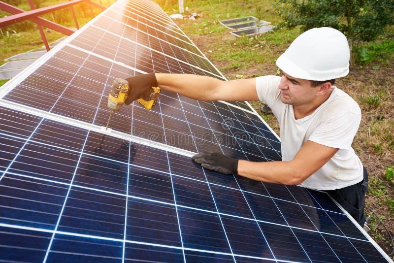 独立外部照片流电盘区系统的设施 可更新的绿色能量一代 免版税库存图片