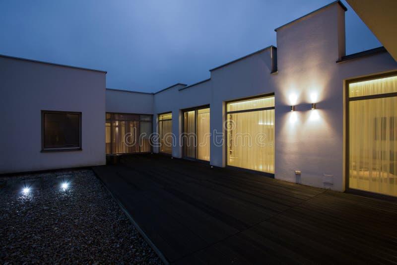 独立式住宅在晚上 库存照片