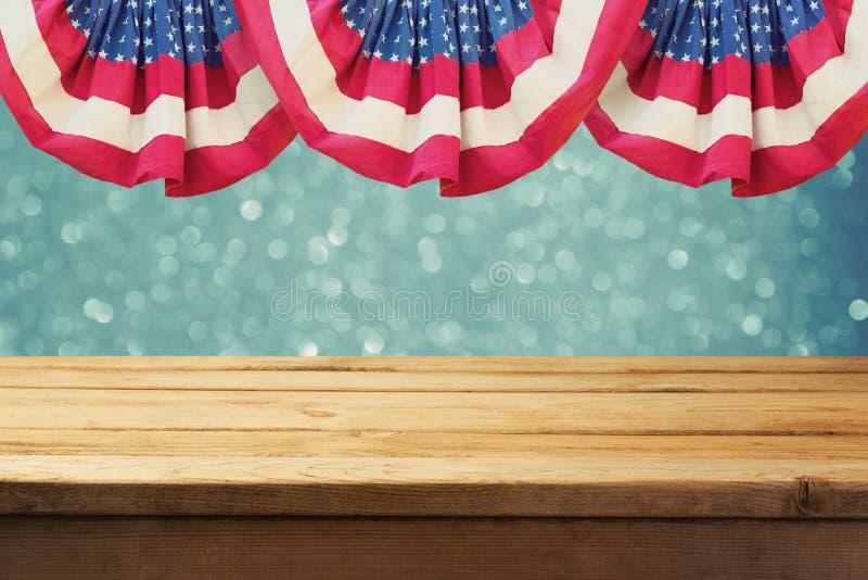 独立日与空的木桌的美国爱国背景在美国旗子 库存图片