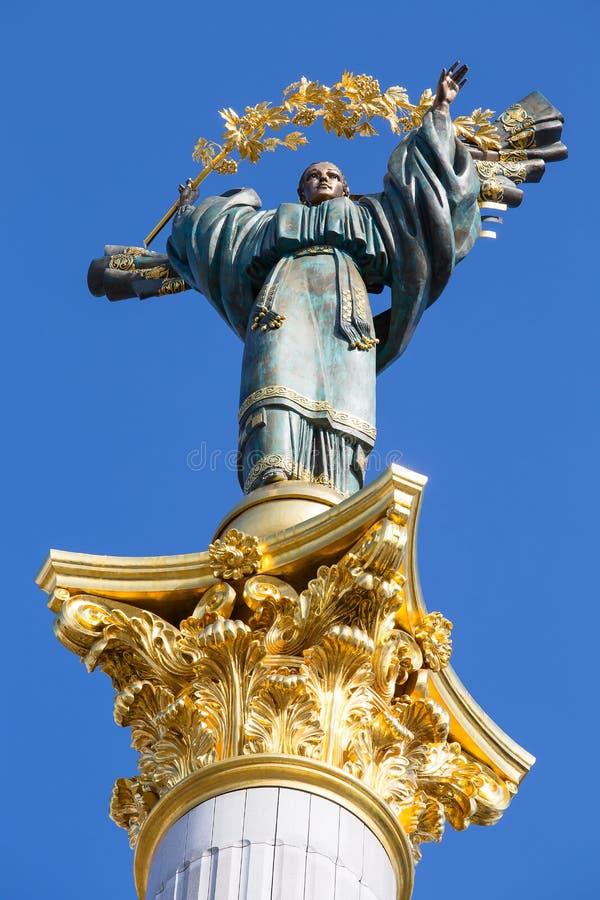 独立纪念碑在基辅,乌克兰 这是天使的雕象,被镀的由铜和金子制成,站立在一根高柱子, 免版税库存图片