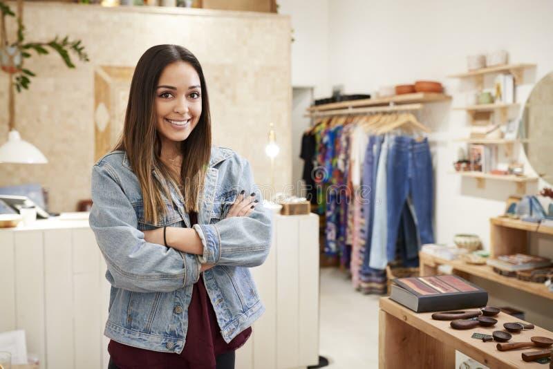 独立衣物和礼品店支持的销售书桌女性所有者画象  免版税库存图片