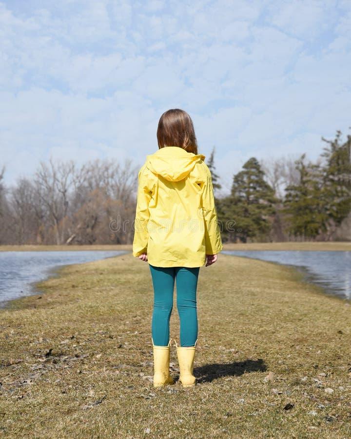 独自站在小径公园 免版税库存图片