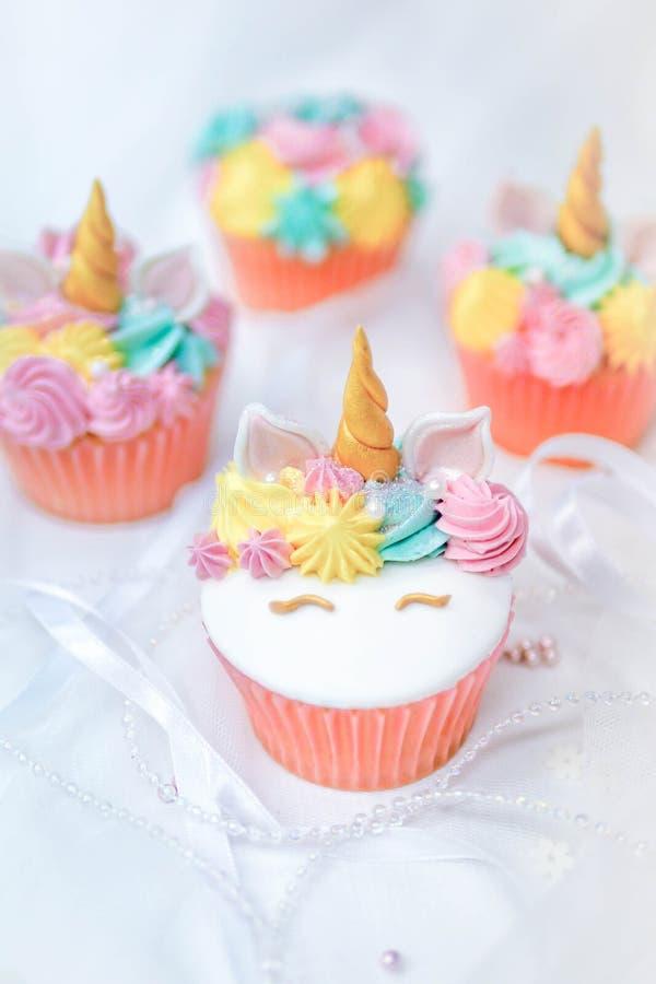 独角兽与黄油奶油的杯形蛋糕结霜 库存图片