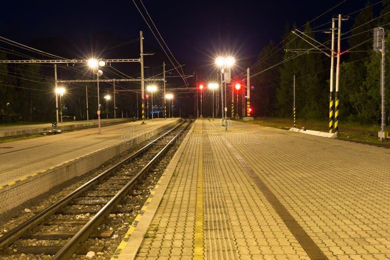 狭窄测量仪火车站在晚上 库存图片