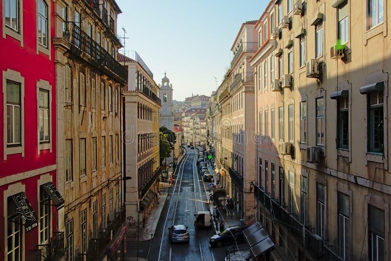 狭窄的下坡街道在里斯本,葡萄牙的中心 免版税库存图片