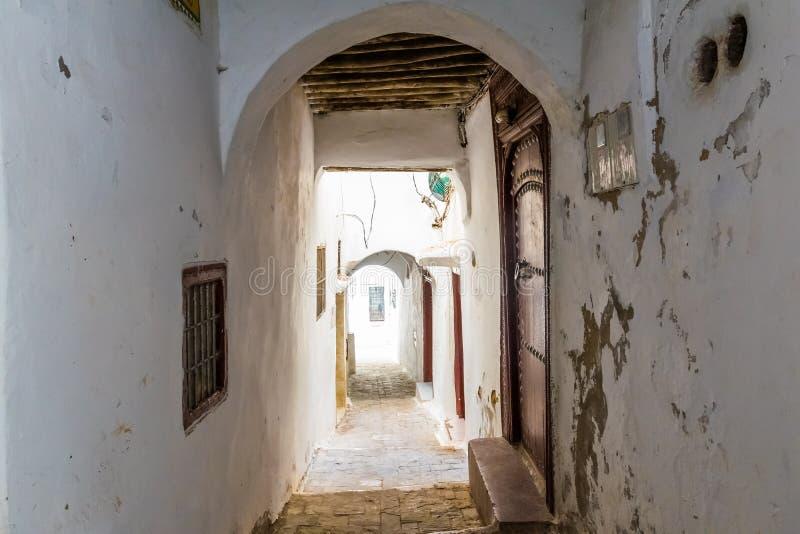 狭窄的中世纪街道在得土安市的白色麦地那,摩洛哥,非洲 免版税库存图片