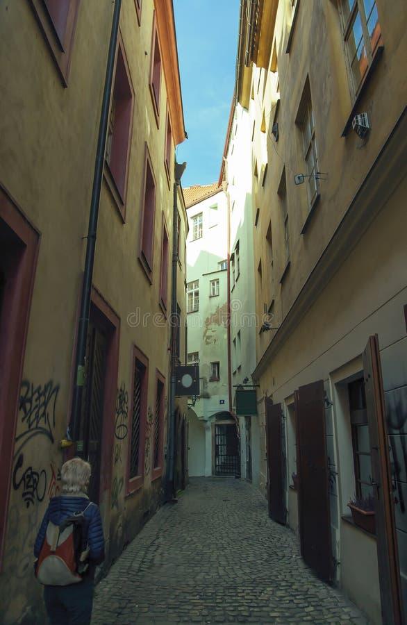 狭窄的中世纪街道的女孩在布拉格 库存照片