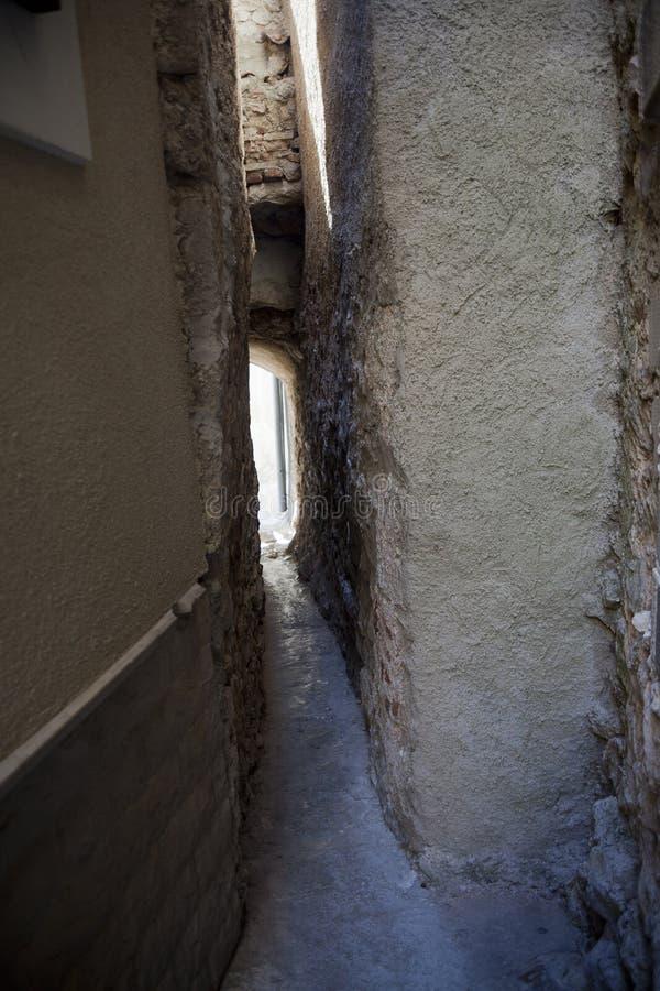 狭窄的中世纪街道 免版税图库摄影