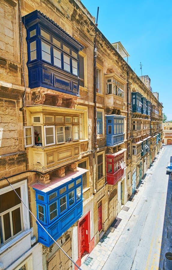 狭窄的圣Dominic街道在瓦莱塔,马耳他 库存图片